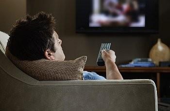 У мужчин, которые подолгу смотрят телевизор, в два раза меньше ...